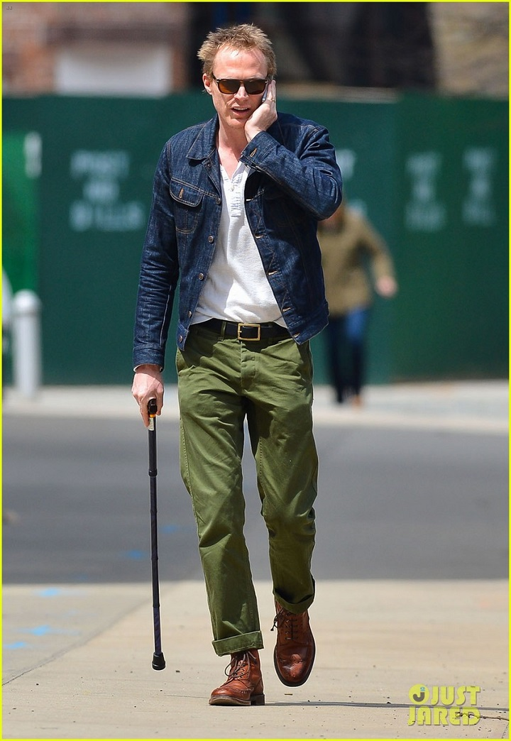 paul-bettany-uses-a-cane-to-walk-01kk.jpg