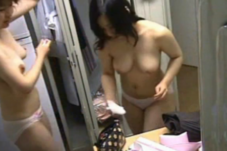 【盗撮】三十代の看護師さんの更衣室?
