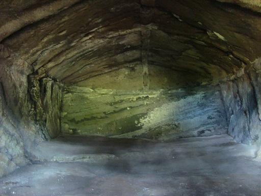 白山神社横穴墓内部