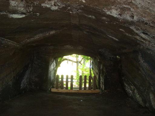 白山神社横穴墓玄室より