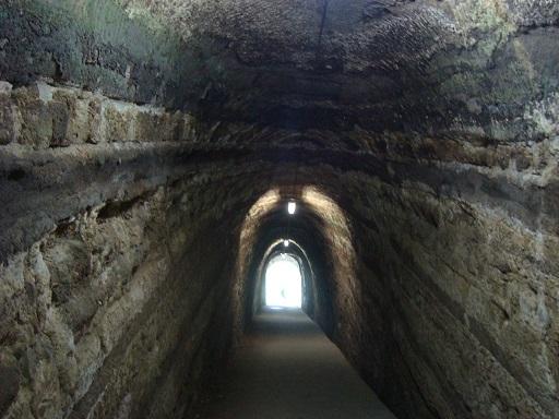素掘りのトンネル内部