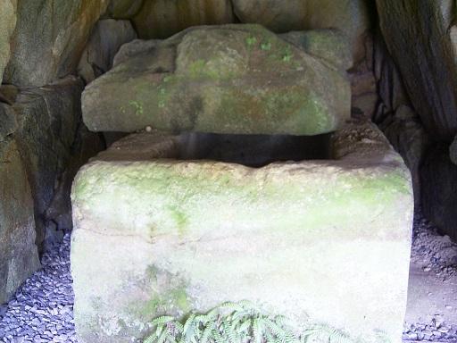都塚古墳玄室内家型石棺