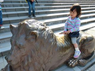 ライオン像に乗る