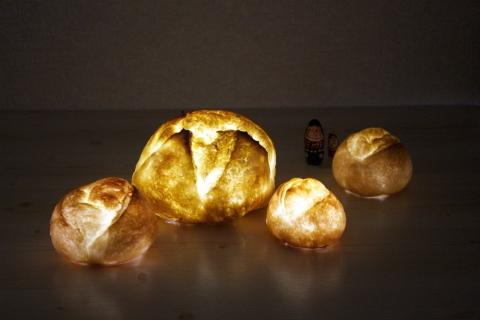 本物のパンでできたインテリアライト。名前は「パンプシェード」。