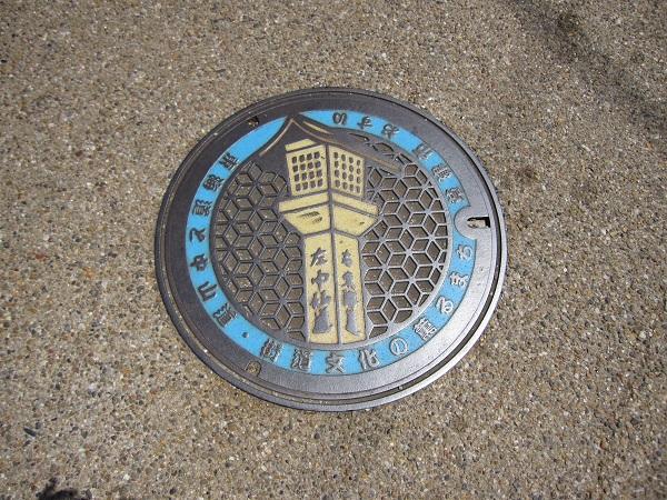写真④  追分道標デザインのマンホール