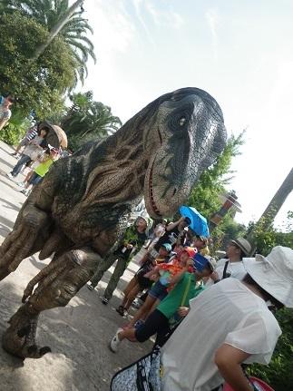 2 ジュラシックパーク内を恐竜が歩き回っていました。