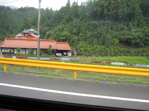 ⑨ 赤茶の瓦と黄色のガードレール