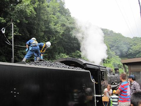 写真⑤ 石炭補充