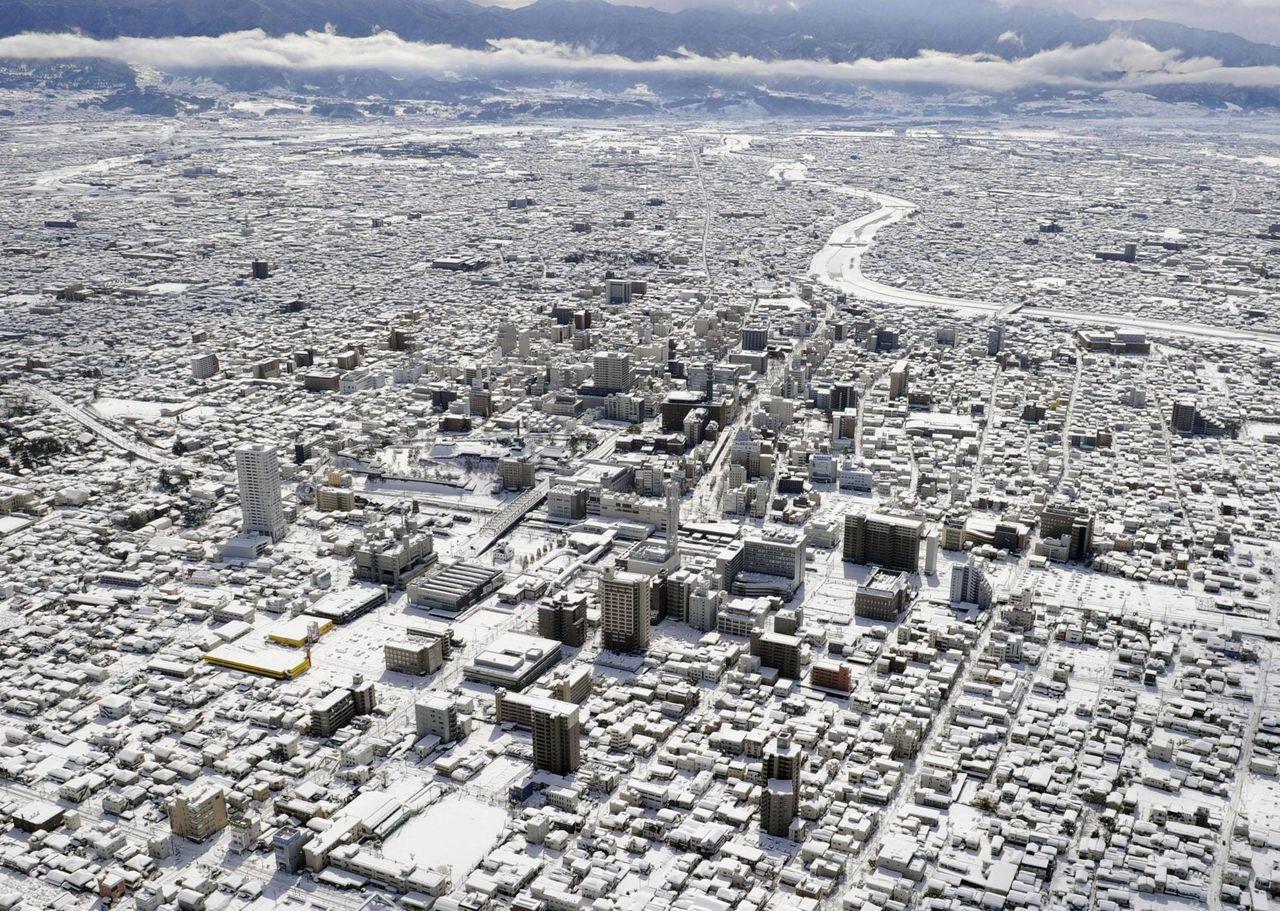 週末に大雪が降った甲府市内の上空写真