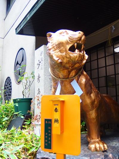 オフィス街のど真ん中にいきなり現れる黄金のトラ。思わずクギヅケ。待ち合わせにも使いたい。(嘘)