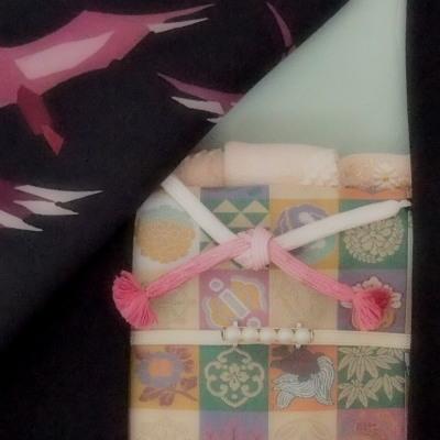 黒羽織の柄は鶴です。