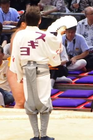 7月16日 愛知県体育館にて。わたくしのあこがれのお方、利樹之丞(りきのじょう)さんは高砂部屋の十両格の呼び出しさんです。