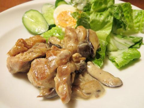 鶏もも肉のクリーム煮を取り分ける