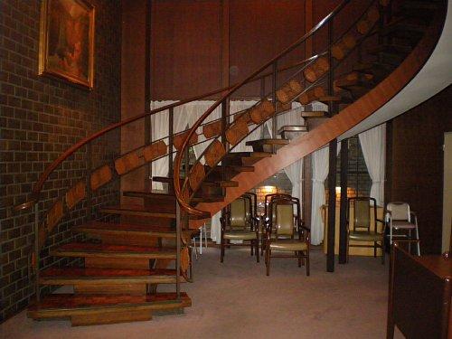 綿業会館・地下階段
