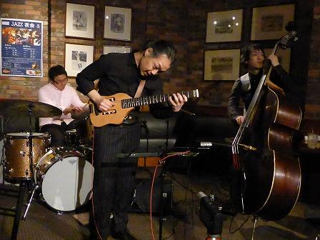 ギター村山義光氏、ベース権上康志さん、ドラム定岡弘将さん
