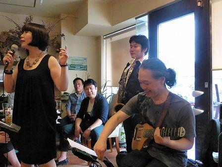 ボーカル山下みさこさん、 テナーサックス里村 稔さん、ギター村山義光氏