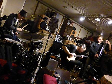ギター村山義光氏、ベース福呂和也さん、ドラム斉藤洋平さん