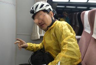 近鉄特急の車内でヘルメット