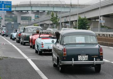 旧型車が信号待ち