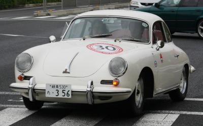 旧型車白クーペ
