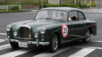 旧型車ダークグリーンセダン