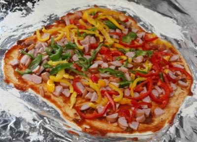 ブラジルカラーの具が乗ったピザ生地