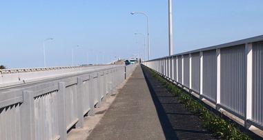 三河港大橋の歩道