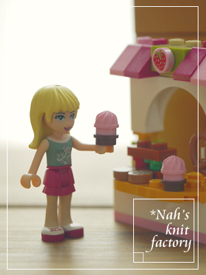 LEGOStephaniesBakeryStand05.jpg