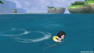 浮き輪で泳ぐクロフさま