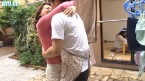 (エロ動画)美しきエロ義母の誘惑。オレ的にはドストライクだから良いんだが、中出し出来るし