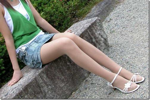 【脚フェチエロ画像】こんな太もも化して貰って膝枕して貰いたいお姉さん画像27-s