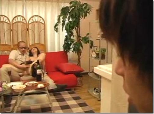 【寝取られ(NTR)エロ動画】変態家族は華盛りw義父に迫られ許す嫁たち。それを覗く夫たち・・。03きもちいいことなら相手はどっちでも良いのか?ww