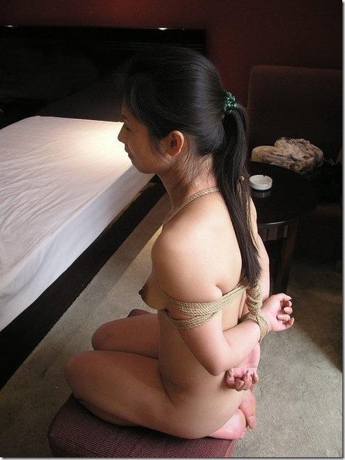 【SMエロ画像】昭和のかほりがする拘束されたオンナ達29-s