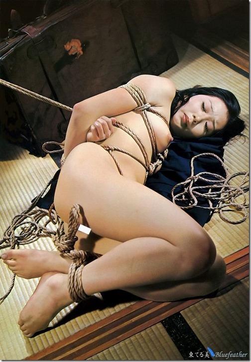 エロティシズムとポルノグラフィーの狭間で・・エロく美しい女達の縄化粧_012-s