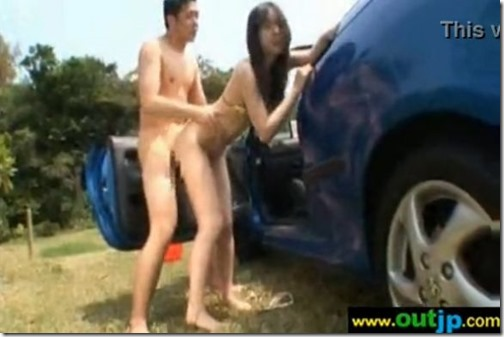 【野外セックス動画】林のそばの車の陰で繰り広げるセックス絵巻