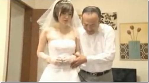 花嫁衣装で夫の上司に犯される若妻「キミの奥さん他人のチンポ咥えてるよ」01花嫁衣装持参で部下の妻を犯しに来る変態上司