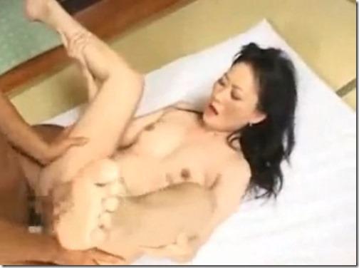 【人妻エロ動画】;借金の利息を身体で払わされる人妻。イヤだと言いつつ挿れられてものの数分で逝っちゃう04自分で脚を拡げて奥まで・・。