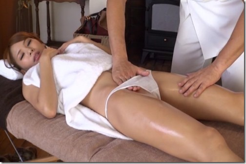 巨乳美女へのエロマッサージの仕上げは、ぶっかけた精液を躯に擦り込む事さ!エロ動画~日エロ~
