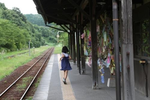 嘉例川駅 ホームと少女