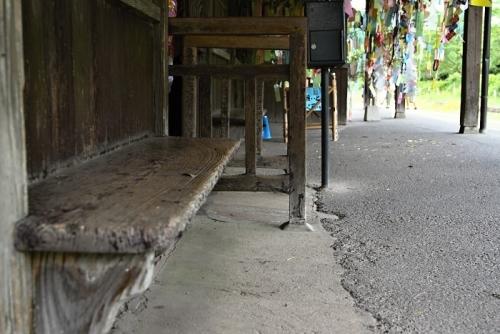 嘉例川駅 ホーム の木製ベンチ