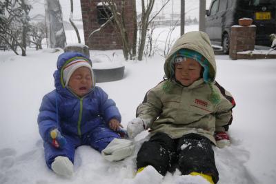 2人で雪遊び