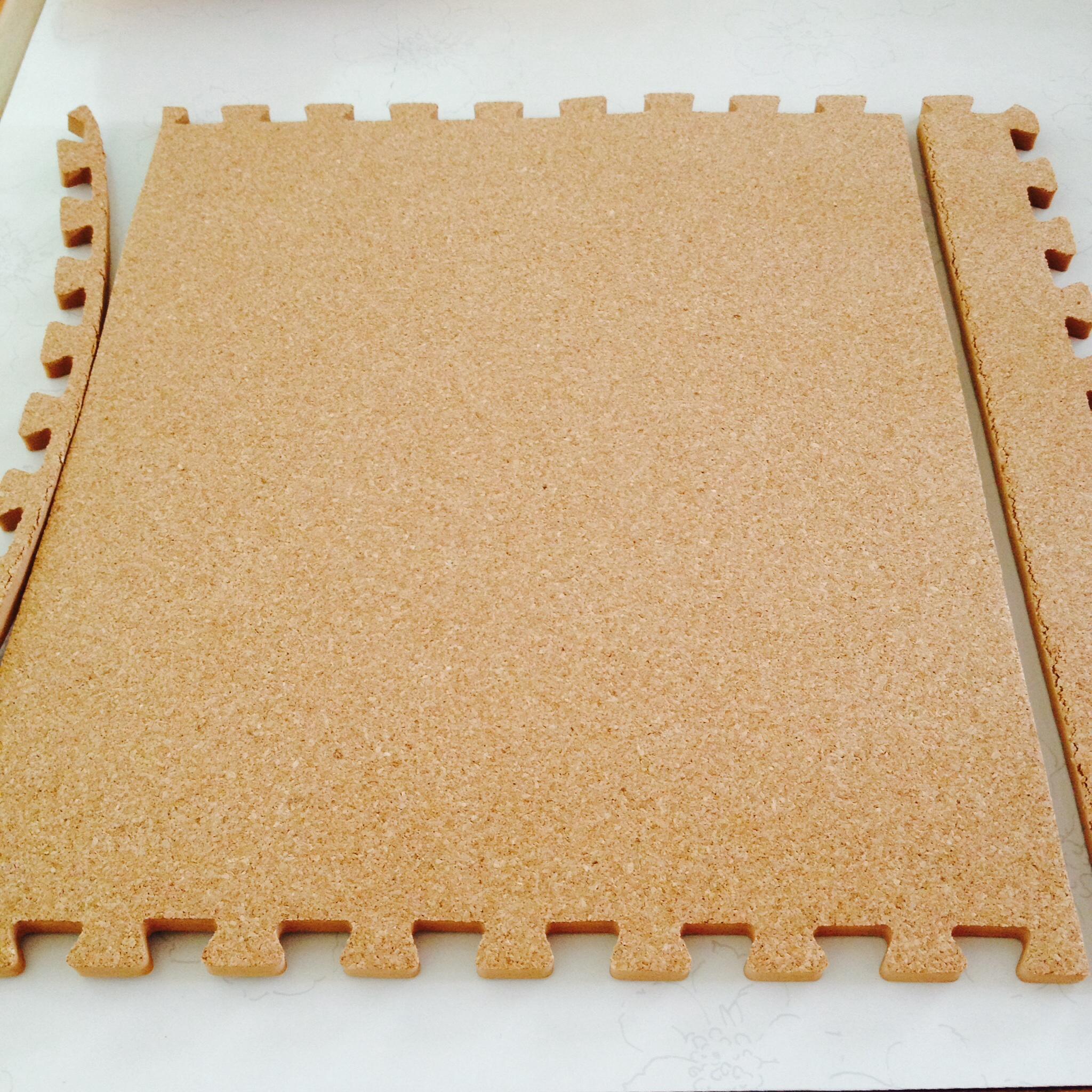①ファイルケースの縦の大きさに合わせて線を引き、はさみでカットする。 \u203bよく切れるはさみで一気に切らないとボソボソになってしまいます!