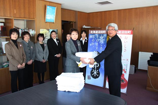 20140205JA北いぶき女性部沼田支部が雑巾を寄付