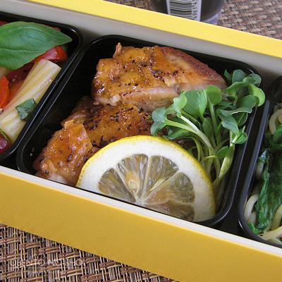 チキンレモンステーキ&パスタ2種弁当03