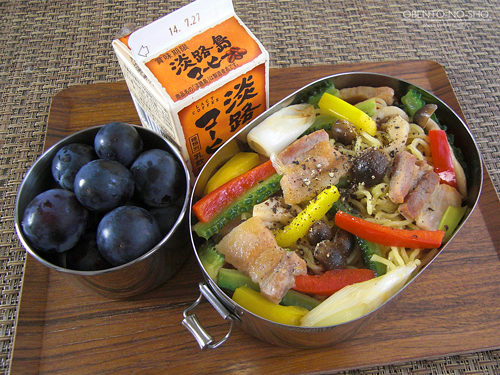 塩豚と夏野菜の焼そば弁当01