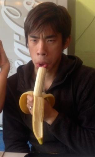 バナナを食べる時も真剣な殿