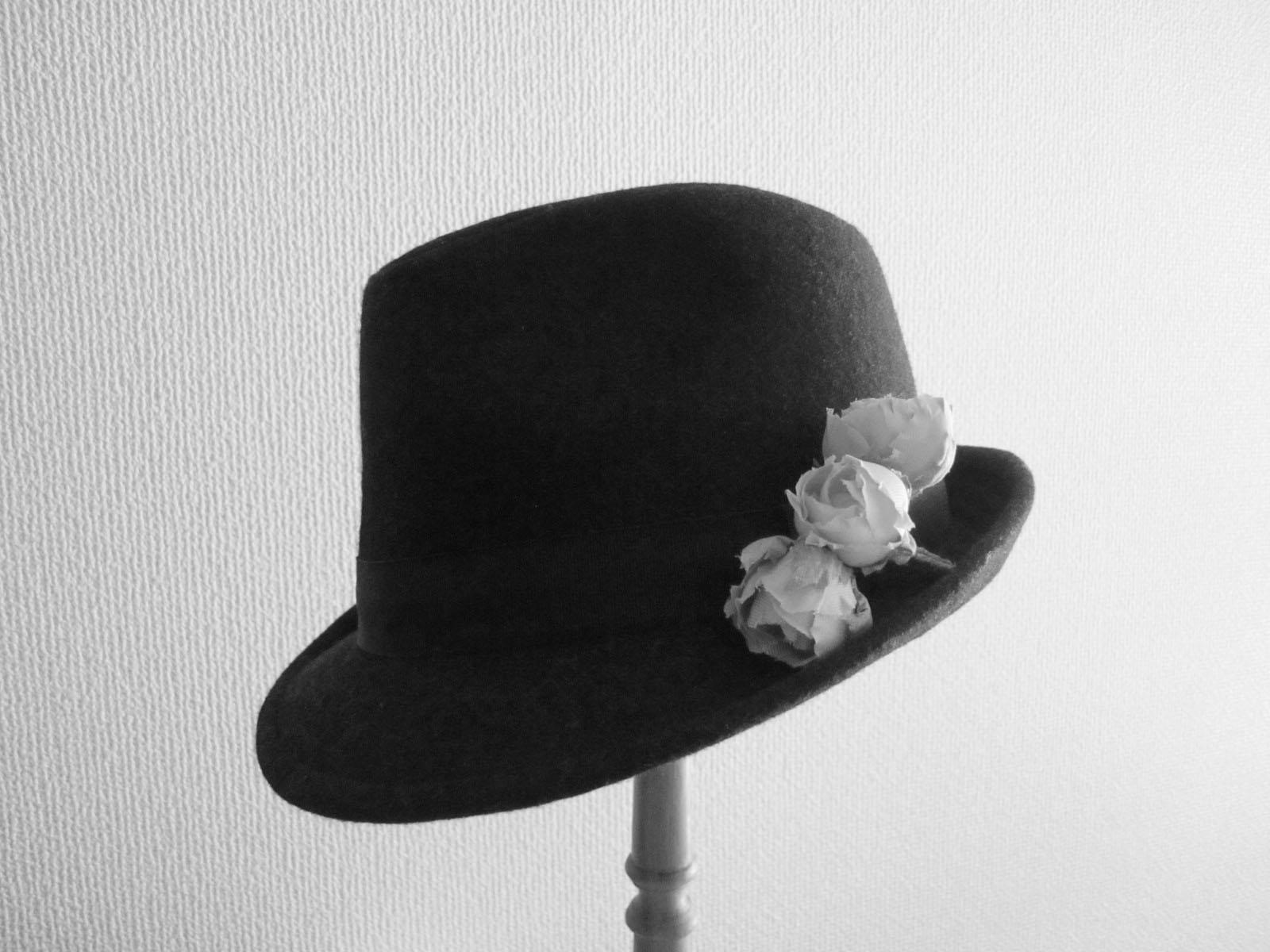 帽子にコサージュ