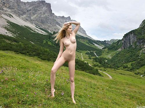 3次元 雄大な自然の中でフルヌードになってるお姉さん画像 30枚