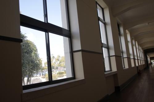 豊郷小学校1階廊下窓