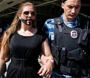 モスクワで逮捕された、コンチータ・ヴルストの髭を模した女性